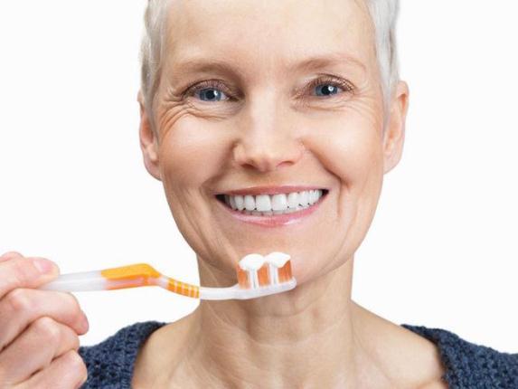 647147 As próteses fixas devem ser escovadas normalmente. Foto divulgação Como fazer a higiene de prótese dentária