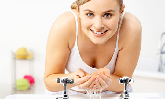 648836 Manter uma boa higiene da pele é fundamental para prevenir cravos e espinhas. Como secar cravos e espinhas: dicas