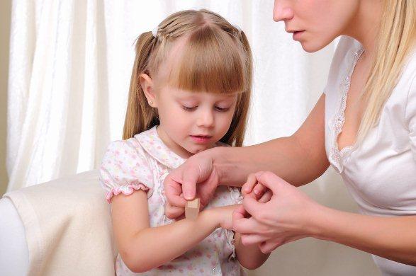 649995 Acidentes envolvendo os membros são os mais comuns. Criança prendeu o dedo na porta: o que fazer?