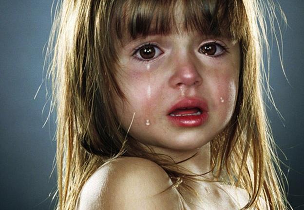 649995 Saiba o que fazer para evitar acidentes com porta. Criança prendeu o dedo na porta: o que fazer?