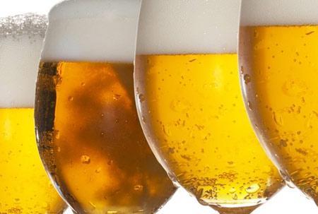 657283 As bebidas alcoólicas são comumente relacionadas à lesão hepática. Alimentos que prejudicam o fígado
