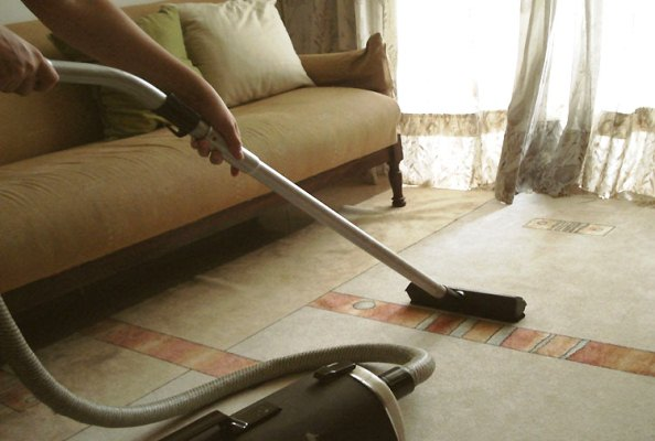 660492 Evitar poeira dentro de casa é uma meida que ajuda a prevenir o problema. Tosse seca persistente: o que fazer