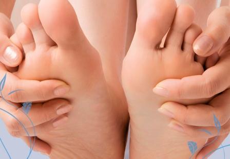 663110 O inchaço pode causar dor nos pés. Foto divulgação Por que os pés incham no calor