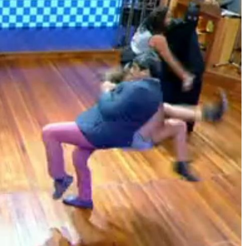 667943 Fernanda Souza e Zeca Camargo levam tombo no Vídeo Show 001 Fernanda Souza e Zeca Camargo levam tombo acidental no Vídeo Show
