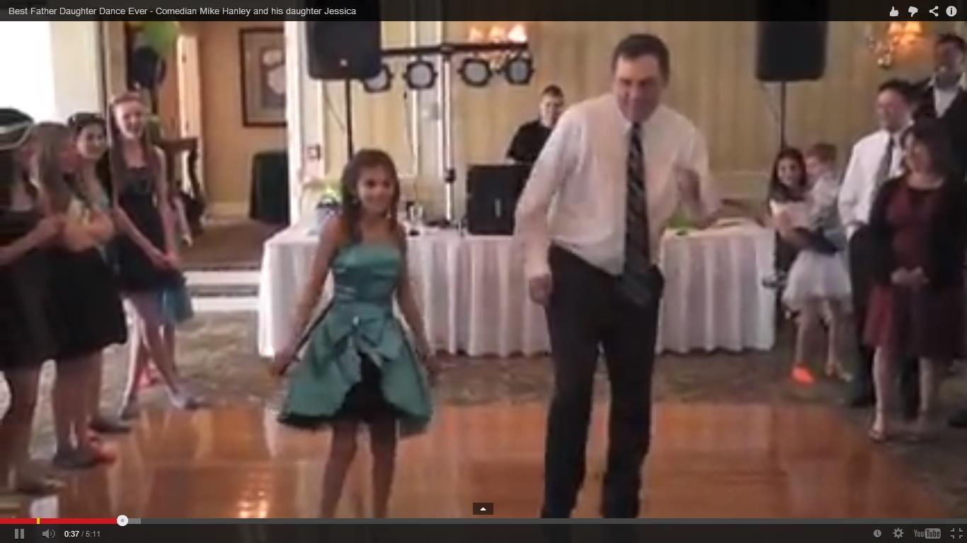 670446 Pai dançando de um jeito diferente valsa de 15 anos com a filha Pai dança valsa moderninha em festa de 15 anos da filha e rouba a cena