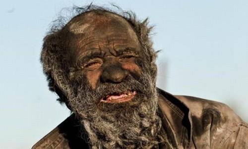 670885 Homem que não toma banho há 60 anos procura um amor 0 Homem que não toma banho há 60 anos procura um amor