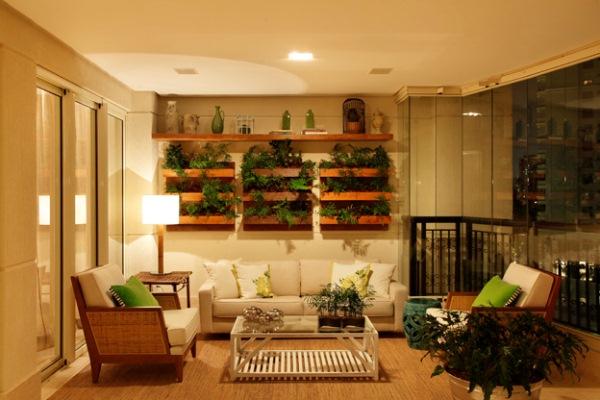 jardim vertical terraco:Varanda de apartamento com plantas na parede (Foto: Divulgação)