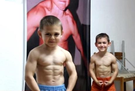 Crianças viram atletas de fisiculturismo
