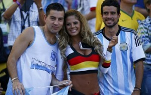 Alemã rouba a cena em final de Copa no estilo Larissa Riquelme
