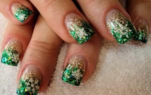 Unhas com esmaltes e flocos de Glitter