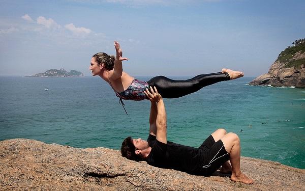 Mario Frias e esposa apostam no acroyoga