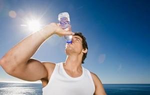 Dieta da água alcalina seguida por muitas famosas