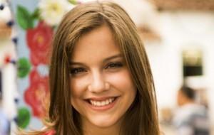 Veja como Alice Wegmann concilia faculdade com novela