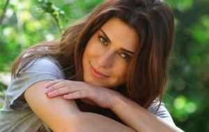 Fernanda Paes Leme dá beijo apaixonado em anão