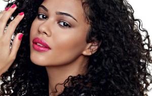Cabelos e maquiagens para realçar a beleza negra