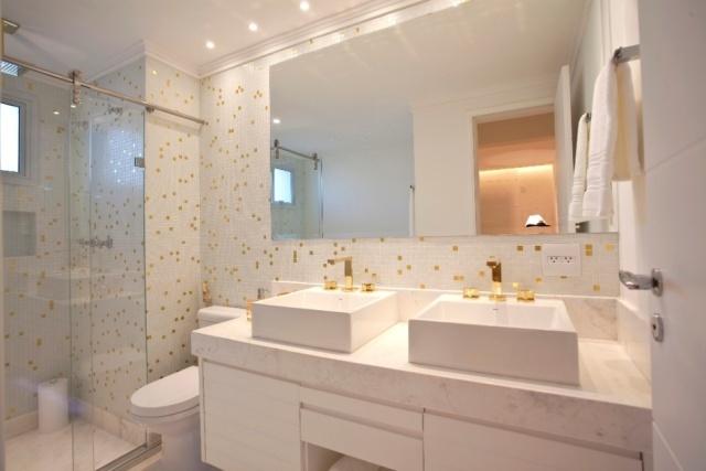 15 Banheiros decorados com pastilhas -> Banheiro Branco Com Pastilhas Vermelhas