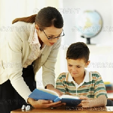 professor leitura livro estudante 4 Cursos Gratuitos com Certificado na Área da Educação