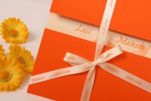 convite com fita personalizada 300x200 Como Fazer Passo a Passo Convite de Casamento