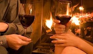 couple fireplace wine 300x176 Decoração de quarto especial para o Dia dos Namorados