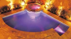 iluminação subaquatica para piscinas 3 300x165 Casa com Piscinas Internas