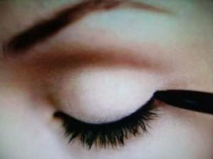 Como Usar o Lápis de Olho 1 300x225 Como Usar o Lápis de Olho