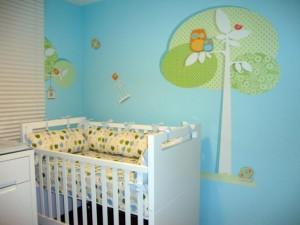 quarto de bebe com parede decorada1 300x225 Dicas de Cores para Quartos Infantis